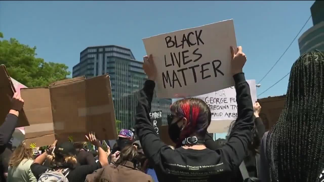 Trump signs order on police reform to quell angry anti-racism protests
