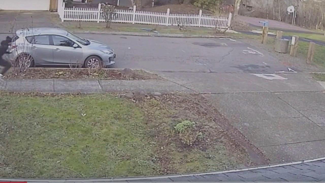 Video capta a camioneta perseguir y atropellar a adolescentes
