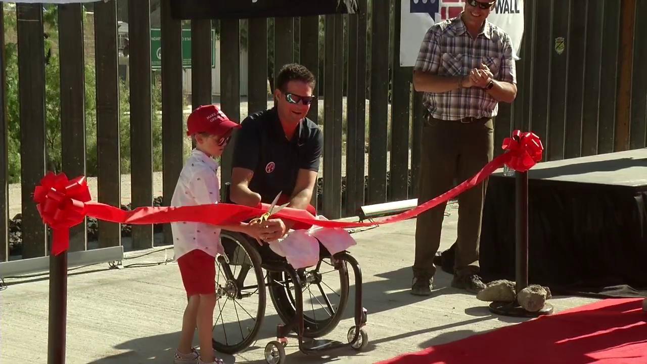 Niño de Austin inaugura sección de muro privado en la frontera