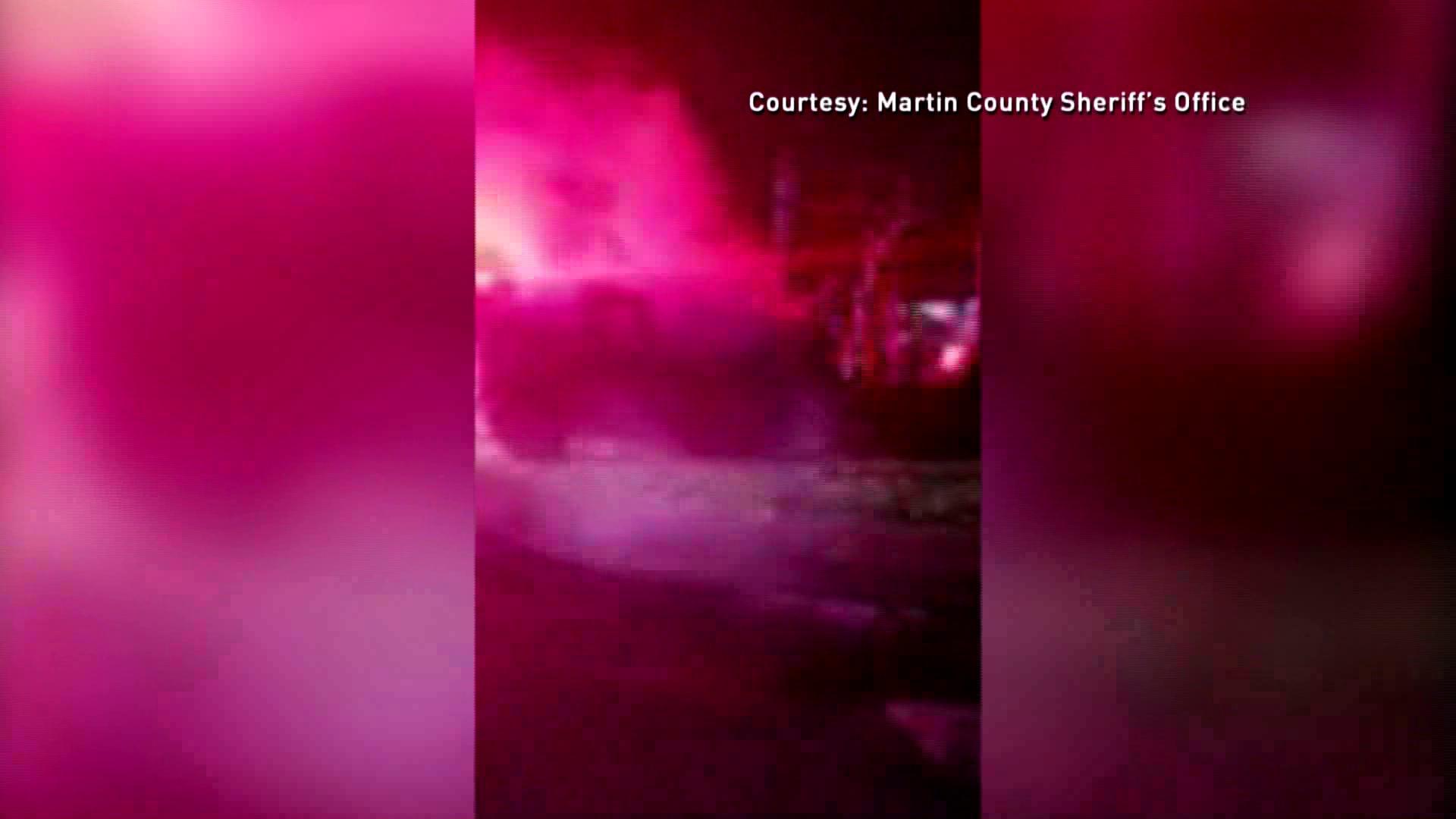 Alguacil del condado Martin rescata a una mujer de un vehiculo en llamas